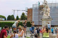 Turistas cerca de la fuente con ángeles en Piazza del Duomo foto de archivo
