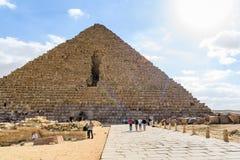 Turistas cerca de la gran pir?mide de Cheops en la meseta de Giza Ciudad y r?o el Nilo de El Cairo fotos de archivo libres de regalías