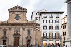 Turistas cerca de los di Santa Trinita de la basílica Foto de archivo libre de regalías