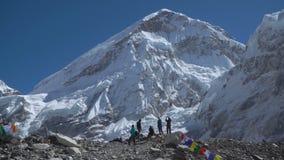 Turistas cerca del monte Everest almacen de metraje de vídeo