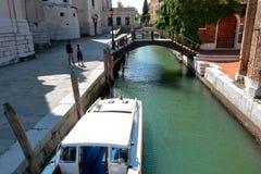 Turistas cerca del puente de madera sobre el canal Rio della Salute Foto de archivo libre de regalías