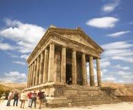 Turistas cerca del templo de Garni - un templo pagano en Armenia fue construido en el siglo I fotografía de archivo