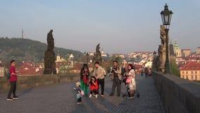 Turistas chineses na ponte de Charles, manhã de abril Praga, República Checa filme