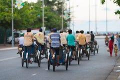 Turistas ciclos de la impulsión de los conductores Fotografía de archivo libre de regalías