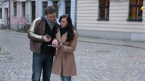Turistas com mapa da cidade que discutem sobre o sentido filme