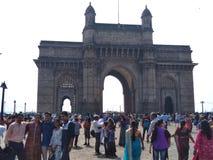 Turistas Come da grande distância para visitar Taj Hotel, situado perto da entrada da Índia foto de stock royalty free