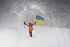 Turistas con la bandera de Ucrania fotos de archivo libres de regalías