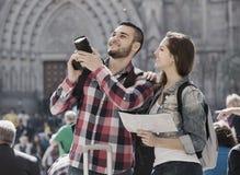 Turistas con la cámara al aire libre fotos de archivo