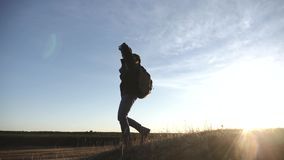Turistas con las mochilas en el viaje de la puesta del sol a través de las montañas El concepto de una forma de vida sana almacen de metraje de vídeo