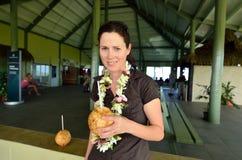 Turistas da mulher no aeroporto de Aitutaki Ilhas de cozinheiros Fotografia de Stock
