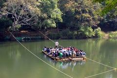 Turistas de bambú del transporte en barca de la balsa Imagen de archivo libre de regalías
