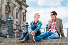 Turistas de Berlín que disfrutan de la visión desde el puente en la isla de museo imagen de archivo