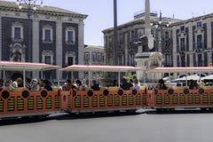 Turistas de CATANIA Itália no domo da praça fotos de stock