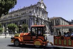 Turistas de CATANIA Itália no domo da praça foto de stock royalty free