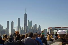 Turistas de Chicago en el lago Michigan Foto de archivo libre de regalías