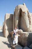 Turistas de encontro às estátuas no templo de Karnak imagens de stock