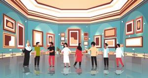 Turistas de la gente de la raza de la mezcla en el interior del museo de la galería de arte moderno que mira ilustraciones contem stock de ilustración