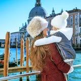 Turistas de la madre y del niño en Venecia, Italia en el abarcamiento del invierno Foto de archivo libre de regalías