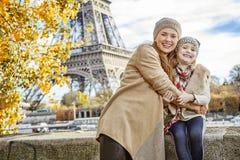 Turistas de la madre y del niño que abrazan en el terraplén en París Foto de archivo libre de regalías