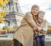 Turistas de la madre y del niño que abrazan en el terraplén en París Fotografía de archivo libre de regalías