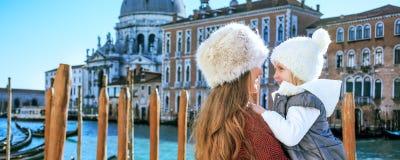 Turistas de la madre y de la hija en abarcamiento de Venecia, Italia Imágenes de archivo libres de regalías