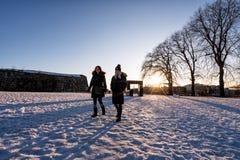 Turistas de las mujeres en Oslo, Noruega en la puesta del sol Invierno foto de archivo