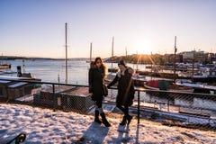 Turistas de las mujeres en Oslo, Noruega en la puesta del sol Invierno imagen de archivo