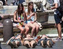 Turistas de las mujeres en Roma Tres turistas en la tierra fotos de archivo