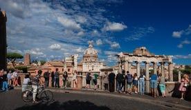 Turistas de Roman Forum foto de stock