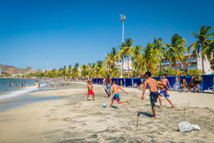 Turistas de Unknow que juegan a fútbol de la playa en Papá Noel Fotos de archivo libres de regalías