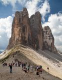 Turistas debajo de Drei Zinnen o Tre Cime di Lavaredo Foto de archivo libre de regalías