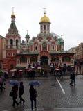 Turistas debajo de los paraguas coloridos imagen de archivo