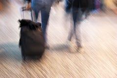 Turistas del aeropuerto en el movimiento Imágenes de archivo libres de regalías