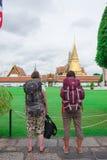 Turistas del Backpacker que miran el palacio magnífico Fotografía de archivo