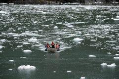 Turistas del barco de cruceros en el fiordo de Garibaldi en el archipiélago de Tierra del Fuego fotos de archivo