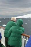 Turistas del barco de cruceros que miran los glaciares Foto de archivo