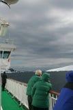 Turistas del barco de cruceros que miran los glaciares Imagen de archivo libre de regalías