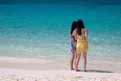 Turistas del dúo en la playa blanca de la arena Imagenes de archivo