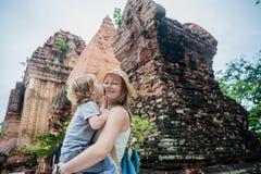 Turistas del hijo de la madre y del niño en Vietnam Cham Tovers del Po Nagar Concepto del viaje de Asia Fotos de archivo