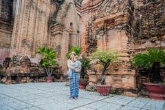 Turistas del hijo de la madre y del niño en Vietnam Cham Tovers del Po Nagar Concepto del viaje de Asia Imagen de archivo libre de regalías