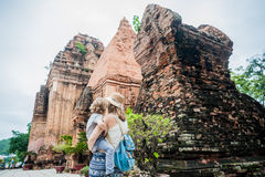 Turistas del hijo de la madre y del niño en Vietnam Cham Tovers del Po Nagar Concepto del viaje de Asia Fotografía de archivo libre de regalías