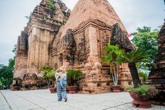 Turistas del hijo de la madre y del niño en Vietnam Cham Tovers del Po Nagar Concepto del viaje de Asia Imágenes de archivo libres de regalías