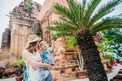 Turistas del hijo de la madre y del niño en Vietnam Cham Tovers del Po Nagar Concepto del viaje de Asia Foto de archivo libre de regalías
