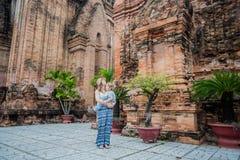 Turistas del hijo de la madre y del niño en Vietnam Cham Tovers del Po Nagar Concepto del viaje de Asia Imagenes de archivo