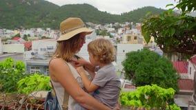 Turistas del hijo de la madre y del niño en Vietnam Cham Tovers del Po Nagar Concepto del viaje de Asia almacen de metraje de vídeo