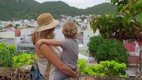 Turistas del hijo de la madre y del niño en Vietnam Cham Tovers del Po Nagar Concepto del viaje de Asia almacen de video