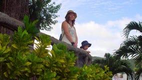 Turistas del hijo de la madre y del niño en Vietnam Cham Tovers del Po Nagar Concepto del viaje de Asia metrajes