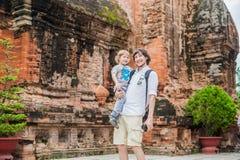 Turistas del hijo del padre y del niño en Ventname Cham Tovers del Po Nagar Concepto del viaje de Asia Fotografía de archivo libre de regalías