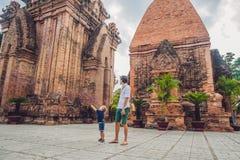 Turistas del hijo del padre y del niño en Vietnam Cham Tovers del Po Nagar Imagen de archivo
