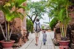 Turistas del hijo del padre y del niño en Vietnam Cham Tovers del Po Nagar Concepto del viaje de Asia Imagen de archivo